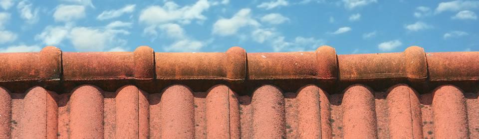 Lekkage schoorsteen dakpannen blauwe lucht