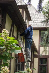 Dakdekker Leiden maakt dakgoot schoon